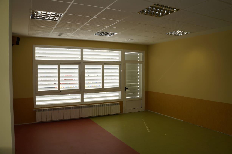 Vista en el interior de una clase. A pesar de tener las lamas únicamente en el segundo punto de apertura, la estancia interior sigue siendo luminosa y confortable.