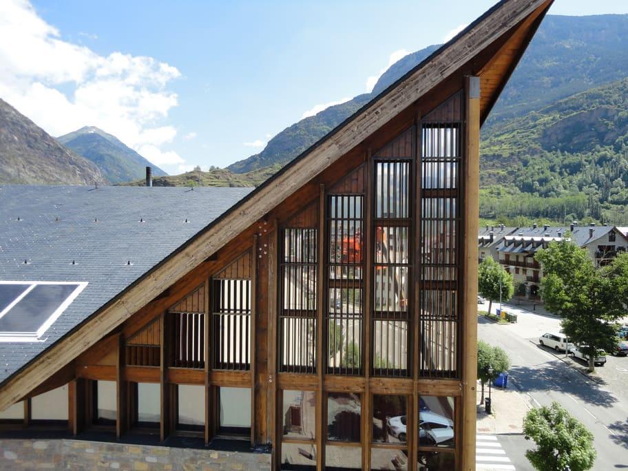 Vista del edificio con las lamas abiertas