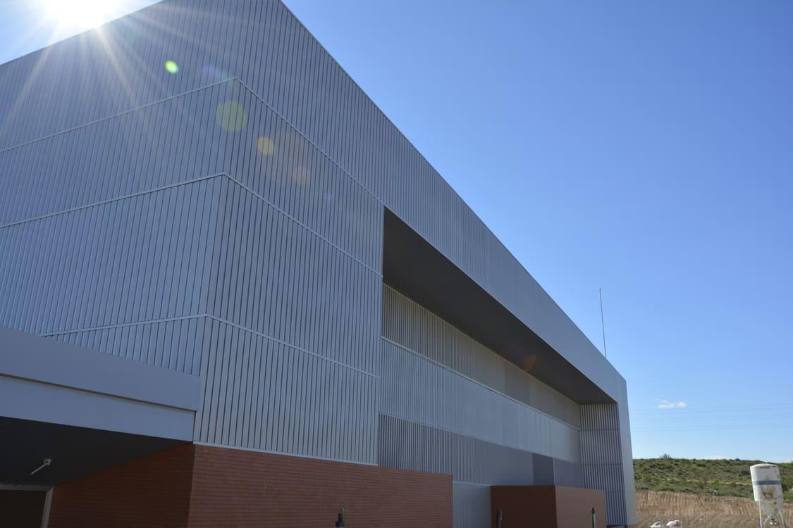 Vista de la fachada principal en la que se aprecian los volúmenes