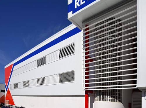 Fachada con lamas para mejorar la eficiencia energética de naves industriales