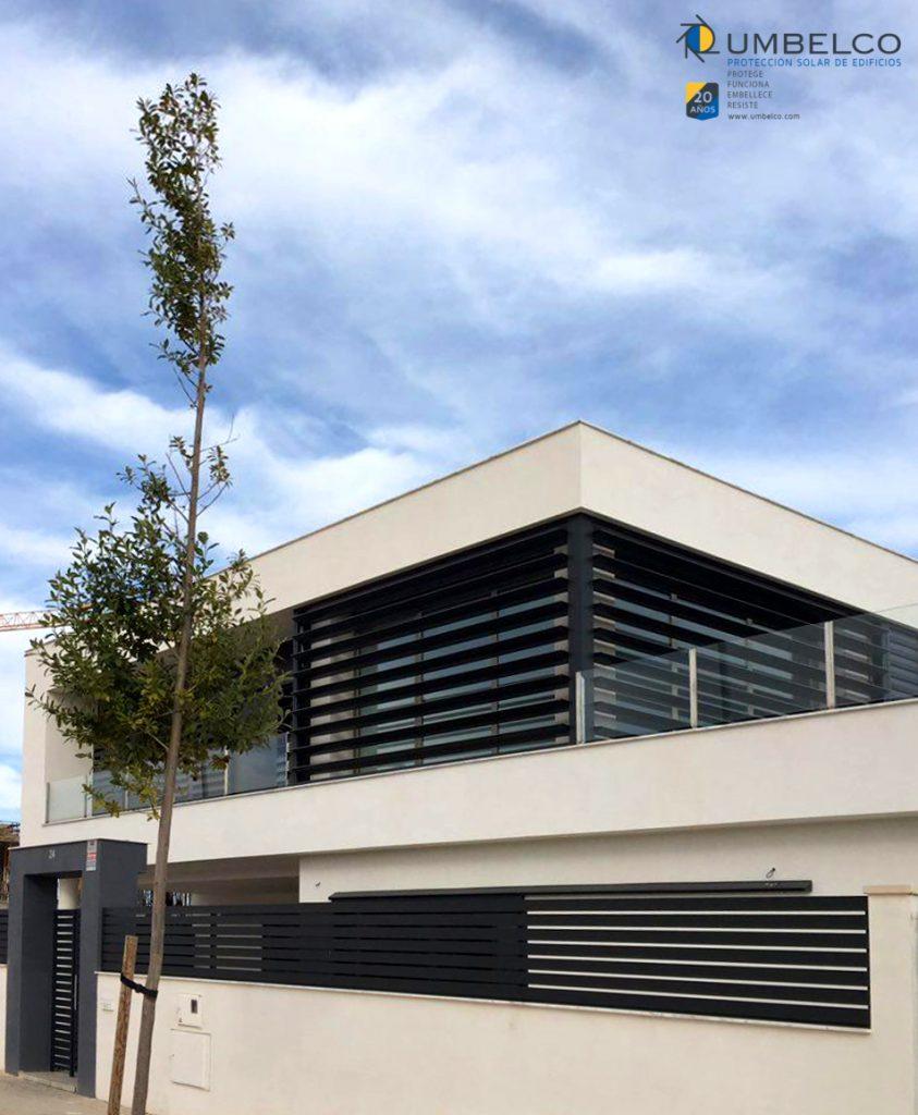 Detalle de una vivienda unifamiliar con celosías de lamas de aluminio