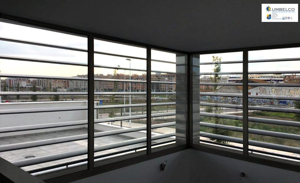 Vista interior de las celosías de lamas de aluminio tipo UPO-250