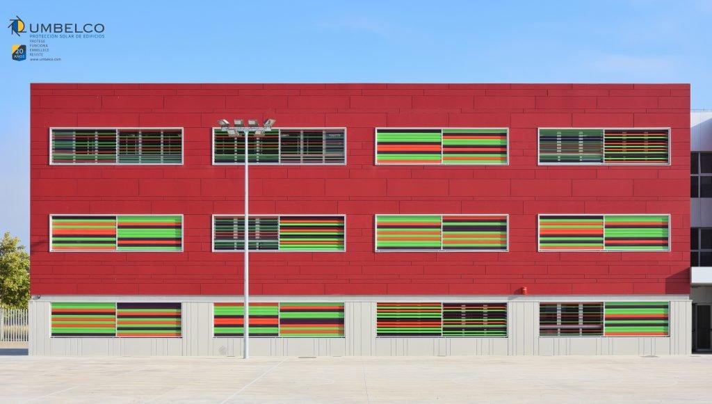 Protección solar con lamas de colores para colegios