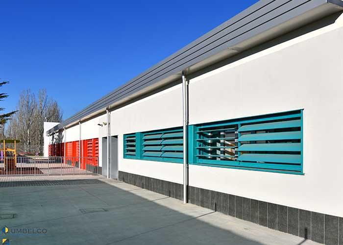 Celosias de lamas orientables de colores en rehabilitación de colegios