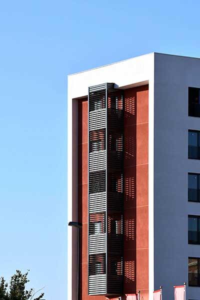 celosias lamas orientables aluminio contraste fachada edificio zaragoza