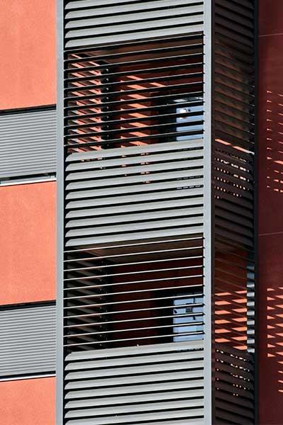 celosias lamas orientables aluminio maineles verticales edificio zaragoza