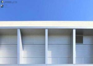Combinación de protección solar fija y móvil para el IES Torre de los Espejos