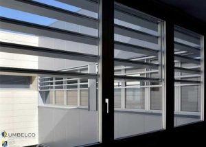 Protección solar mediante lamas fijas Umbelco UPE-200x40 en el IES Torre de los Espejos.