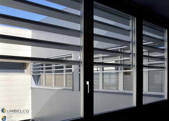 Sistemas de protección solar con celosias de lamas tubulares rectangulares UPE-200x40