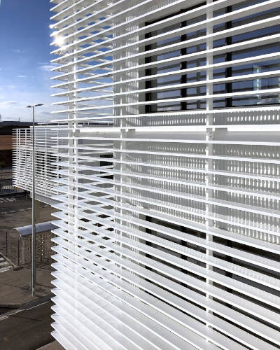 protección solar con lamas tubulares de aluminio para naves industriales Umbelco UPE-200x40