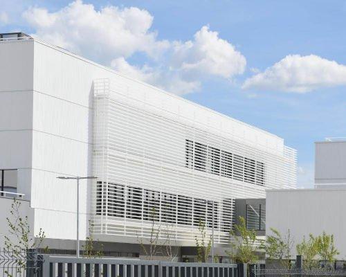 Lamas tubulares de aluminio UPE-200x40 para protección solar de naves industriales